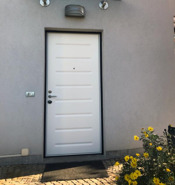 porta blindata con pannello in alluminio